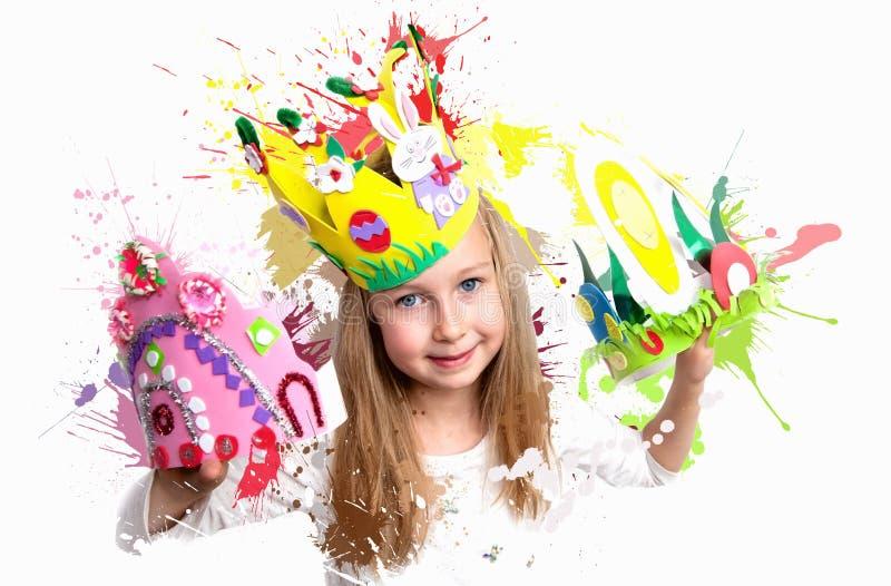 Mała dziewczynka demonstruje jej rzemiosło pracę, Wielkanocne czapeczki i koronę, Londyn obraz stock