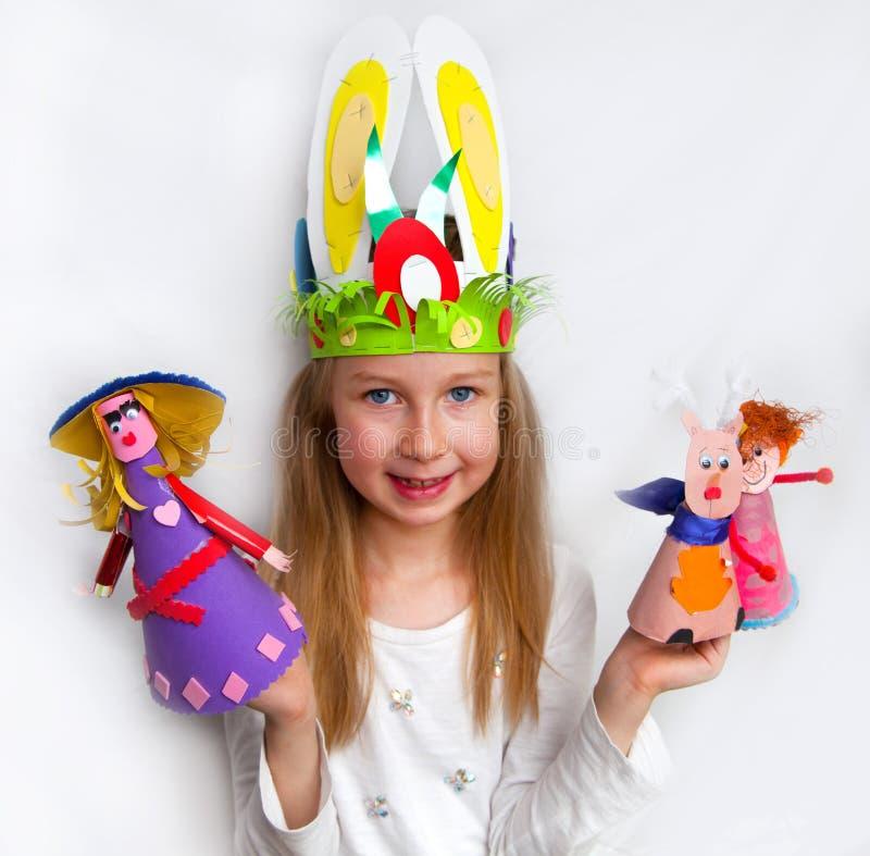 Mała dziewczynka demonstruje jej rzemiosło pracy obrazy royalty free