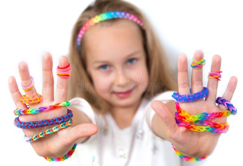 Mała dziewczynka demonstruje ona pracy od krosienek uderzeń obraz royalty free