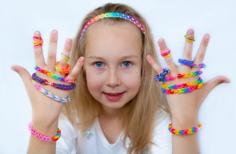 Mała dziewczynka demonstruje ona pracy od krosienek uderzeń obrazy stock