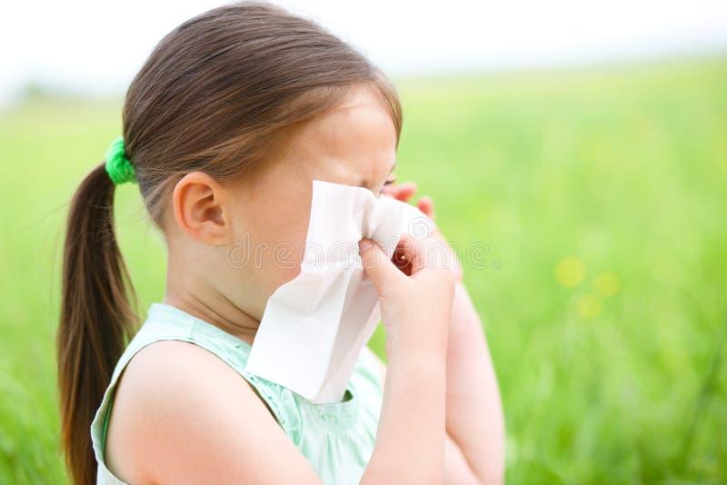 Mała dziewczynka dmucha jej nos zdjęcie royalty free