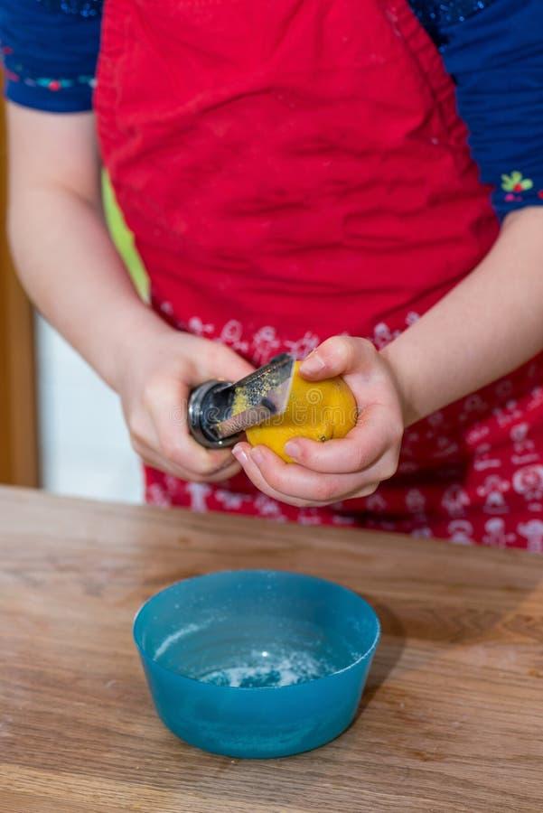 Mała dziewczynka drażniący zapał organicznie cytryna zdjęcia stock