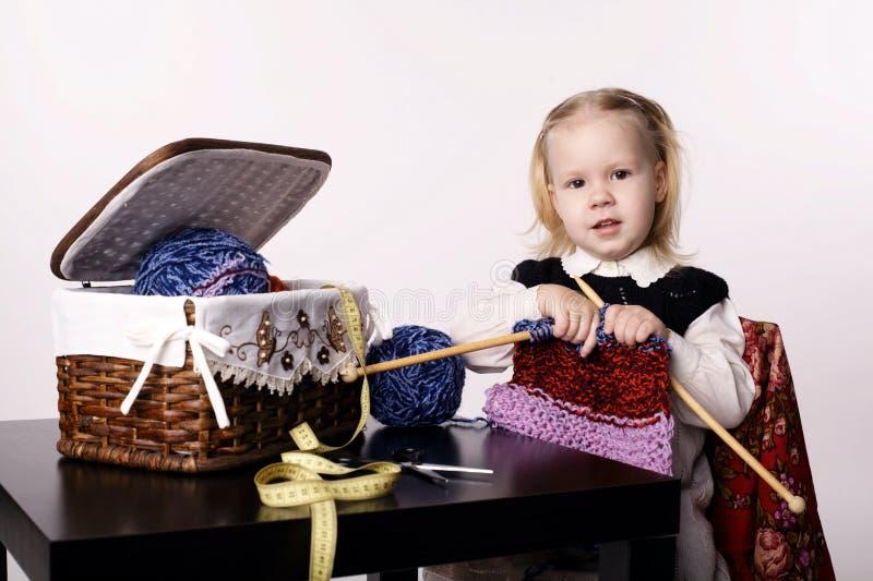 Mała dziewczynka dziewiarski szalik zdjęcie stock