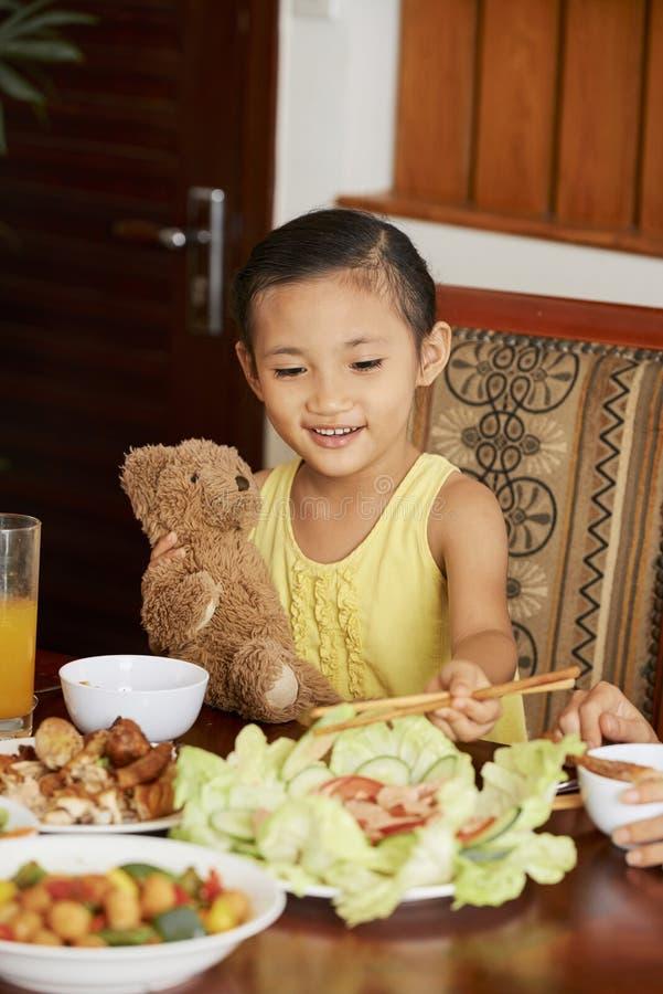 Mała dziewczynka gościa restauracji w domu obrazy royalty free