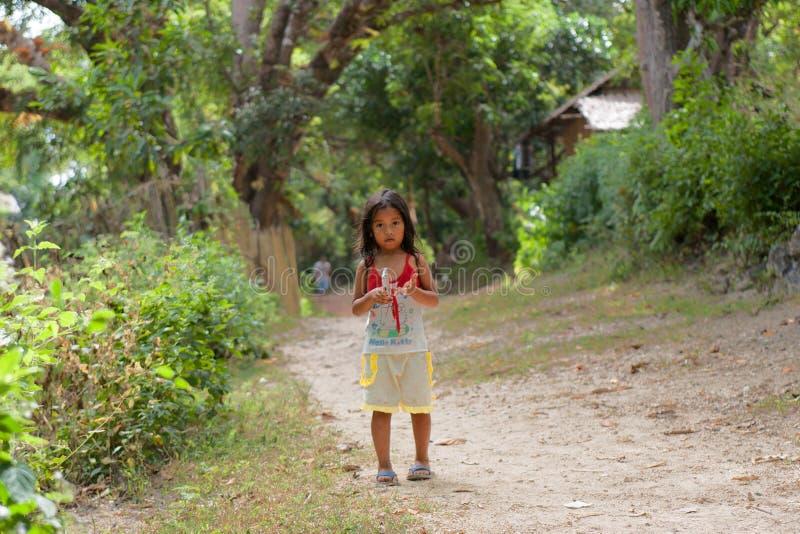 Mała dziewczynka iść na drodze w Filipińskiej wiosce zdjęcie royalty free