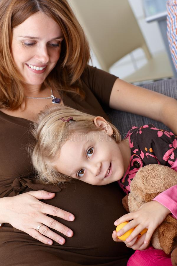 Mała dziewczynka i ciężarny macierzysty ja target276_0_ zdjęcie stock