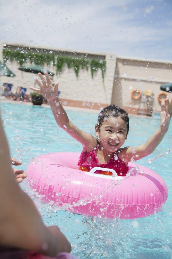 Mała dziewczynka i jej ojca chełbotanie w basenie zdjęcia royalty free