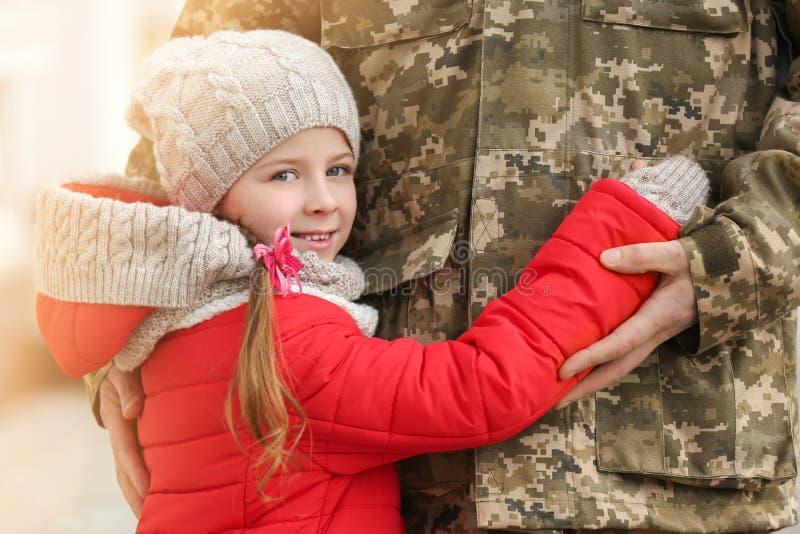 Mała dziewczynka i jej ojciec w wojskowym uniformu zdjęcia royalty free