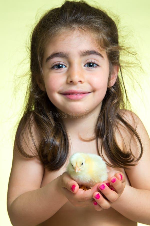 Mała dziewczynka i koloru żółtego kurczątko obrazy royalty free