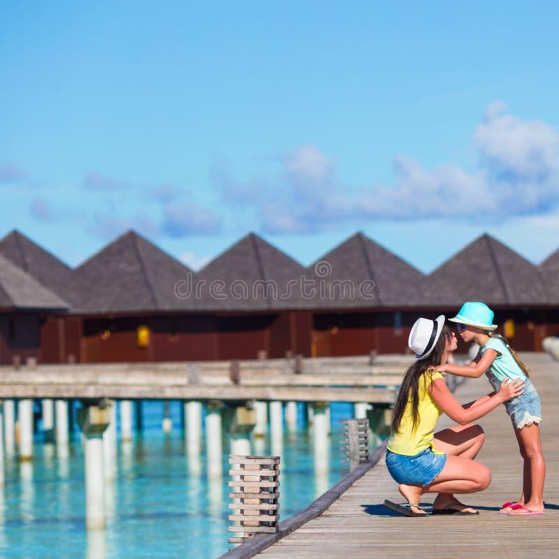 Mała dziewczynka i potomstwo matka podczas plaża wakacje zdjęcie royalty free