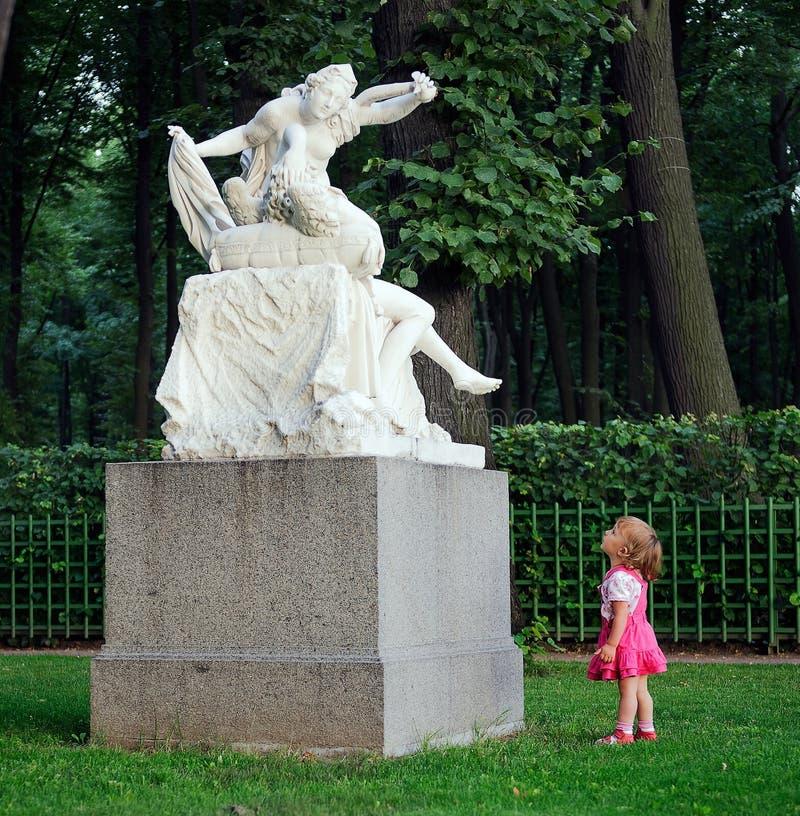 Mała dziewczynka i rzeźba zdjęcie royalty free