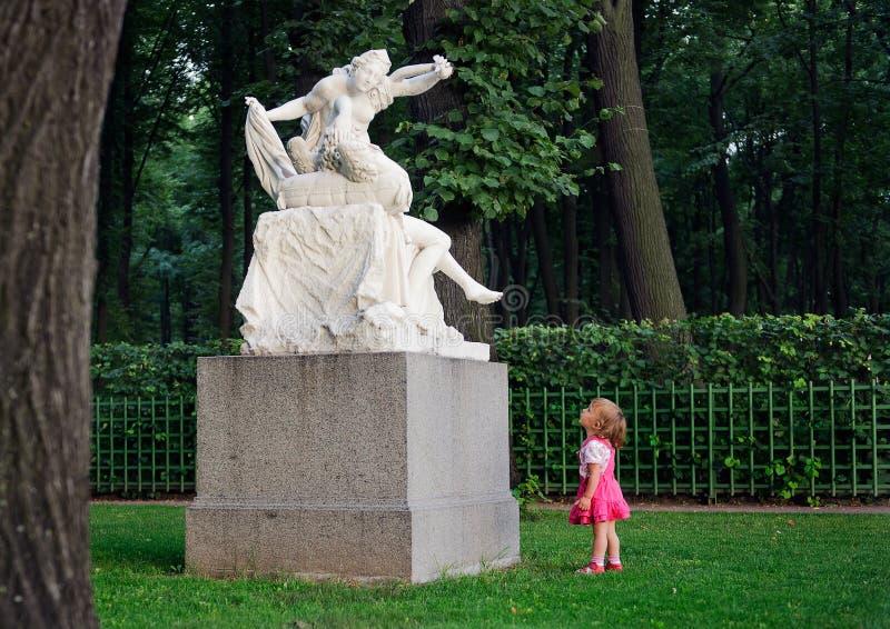 Mała dziewczynka i rzeźba obrazy royalty free