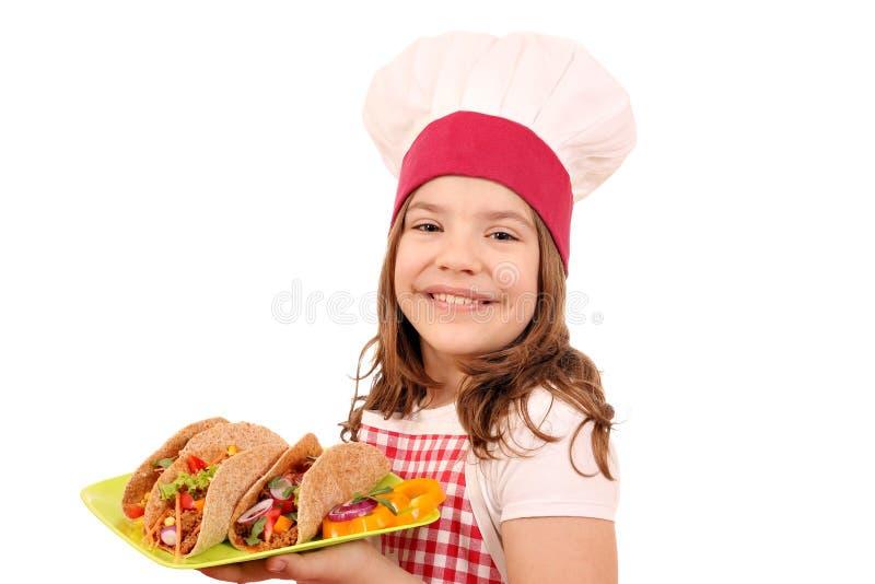 Mała dziewczynka kucharz z tacos obrazy stock