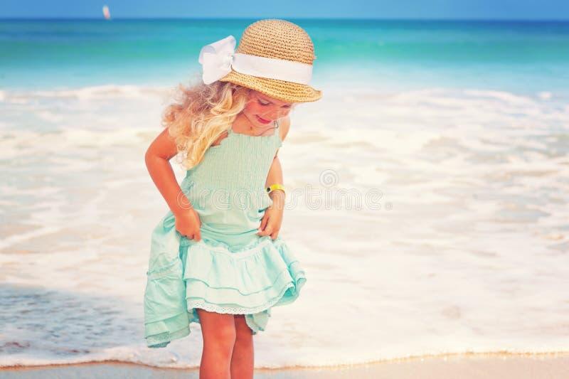 Mała dziewczynka przy tropikalną plażą obraz royalty free