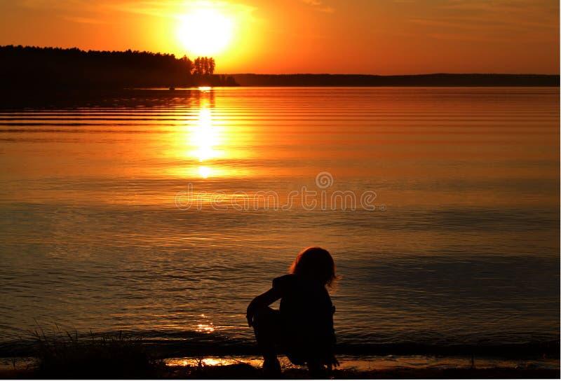 Mała dziewczynka na jeziorze przy zmierzchu czasem Ural, Rosja obrazy stock