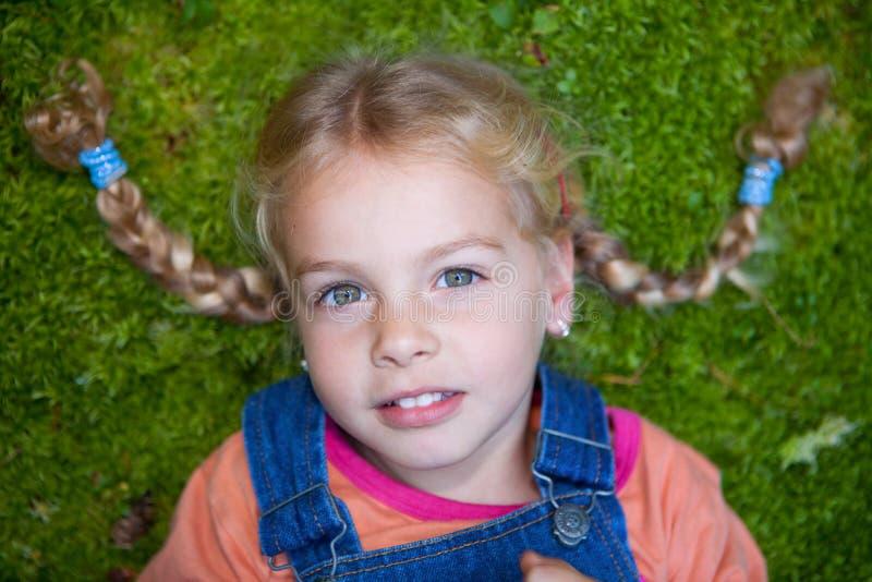Mała dziewczynka na mech zdjęcie stock