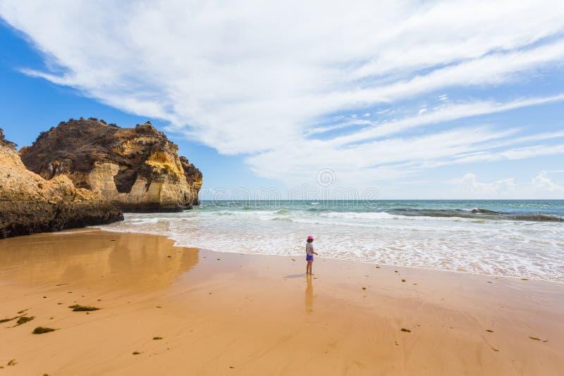 Mała dziewczynka na plaży zdjęcie royalty free