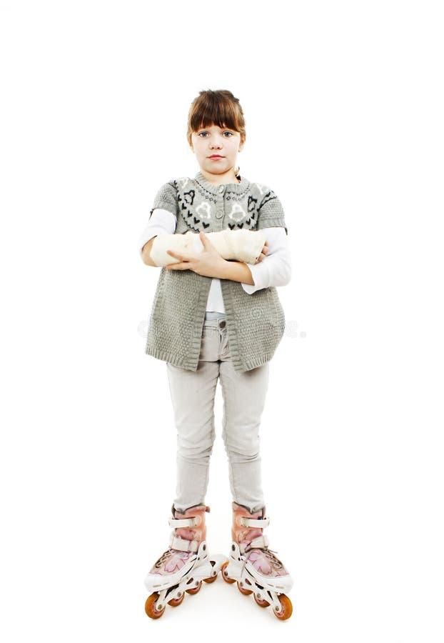 Mała Dziewczynka na rollerblades z łamaną ręką zdjęcie stock