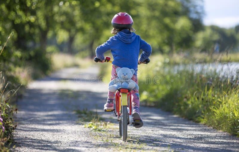Mała dziewczynka na rowerze w szwedzi krajobrazie zdjęcia royalty free