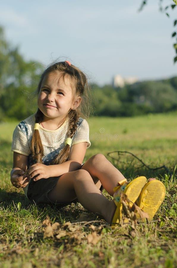Mała dziewczynka na trawie w lecie zdjęcia stock