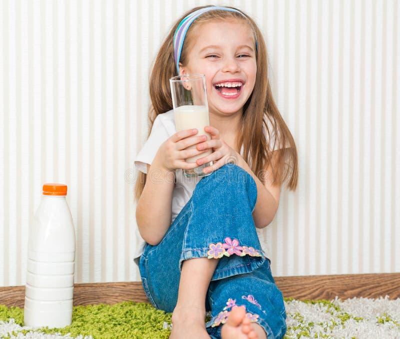 Mała dziewczynka napój mleko zdjęcia royalty free