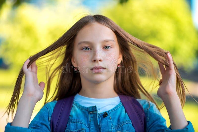 mała dziewczynka nastolatek Lato w naturze Ręka gesty kontrolują włosy piegi na twarzy Emocja odpoczynek i obrazy stock