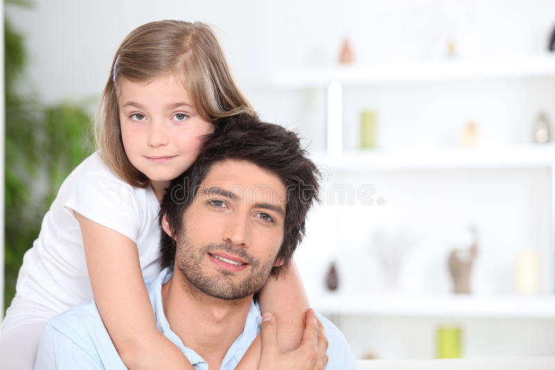 Mała dziewczynka obejmuje jej ojca obraz royalty free