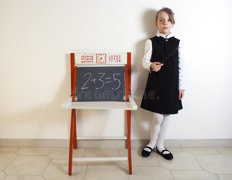 Mała dziewczynka obok chalkboard obrazy stock