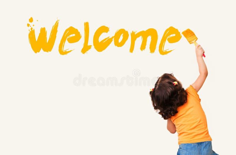 Mała dziewczynka obrazu powitanie na ściennym tle fotografia stock