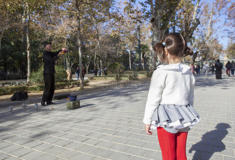 Mała dziewczynka obserwuje juggler z kryształowych kul przedstawieniami obraz stock