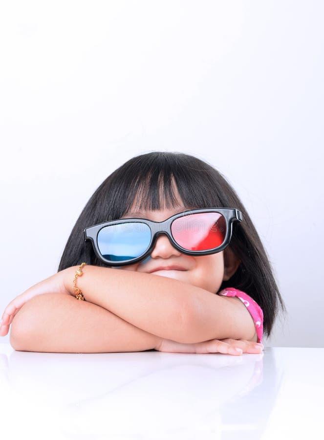 Mała dziewczynka ogląda 3D filmy zdjęcia royalty free