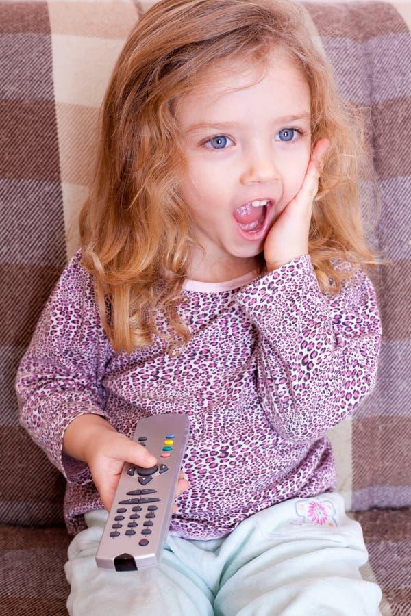 Mała dziewczynka ogląda TV zdjęcia stock