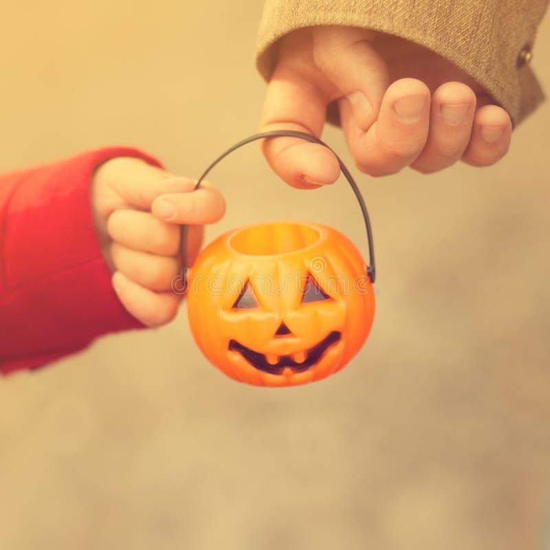 Mała dziewczynka, ojciec, Halloween, sztuczka i taktować wpólnie jej, rodzica i dziecka Berbecia dzieciak z lampionem zdjęcia stock