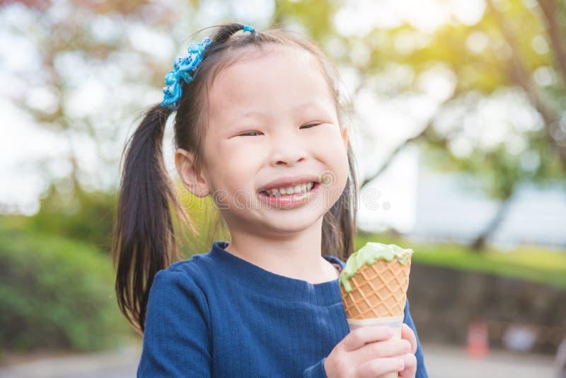 Mała dziewczynka ono uśmiecha się z brudnym usta podczas gdy jedzący lody zdjęcia royalty free
