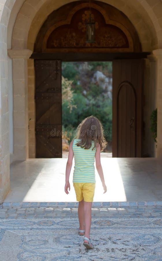 Mała dziewczynka opuszcza monaster fotografia royalty free