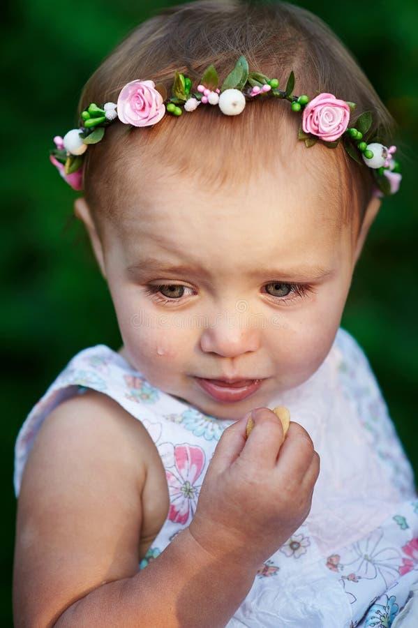 Mała dziewczynka płacz z wiankiem na jego głowie obraz royalty free