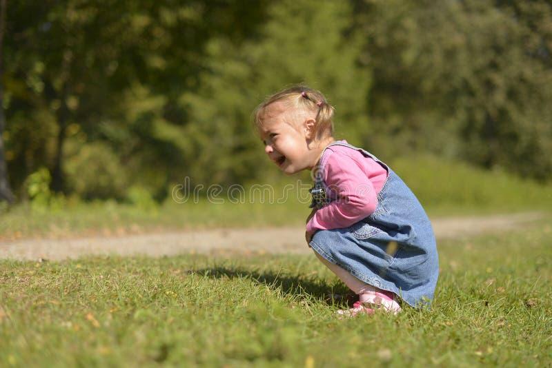 Mała dziewczynka płacze gorzki od ansa zdjęcia royalty free