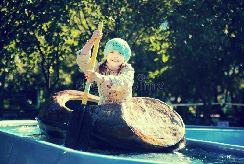 Mała dziewczynka pływa łodzią fotografia royalty free