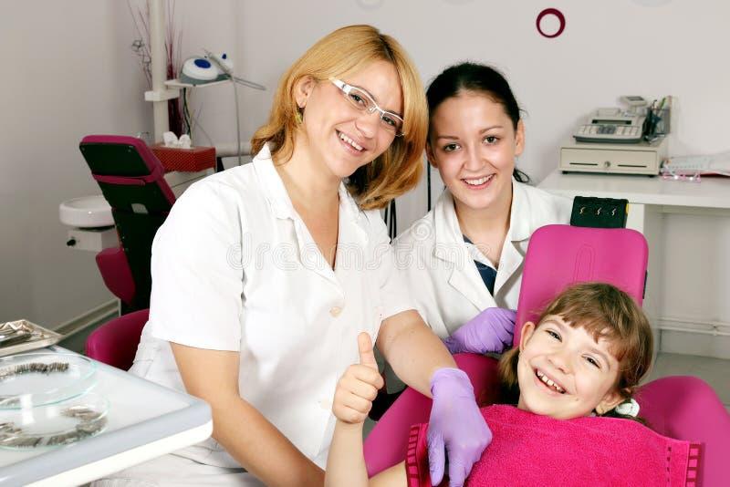 Mała dziewczynka pacjent z kciukiem up obraz royalty free