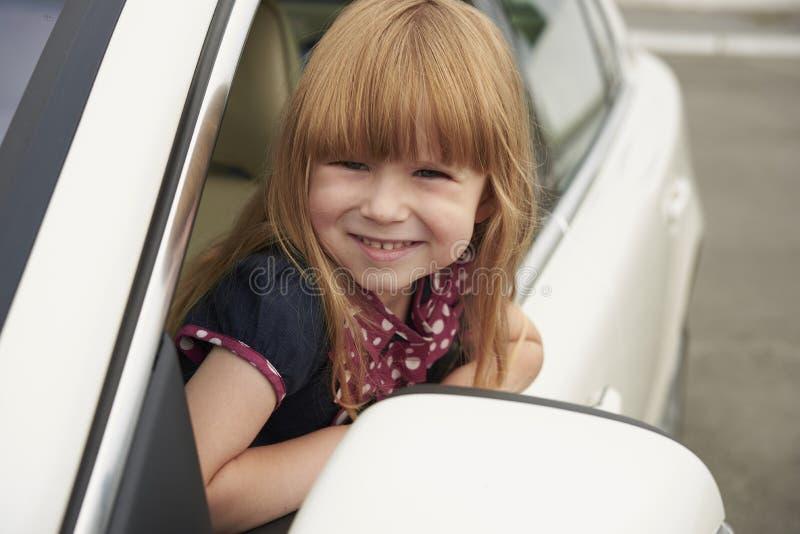 Mała dziewczynka patrzeje out samochodowego okno fotografia royalty free