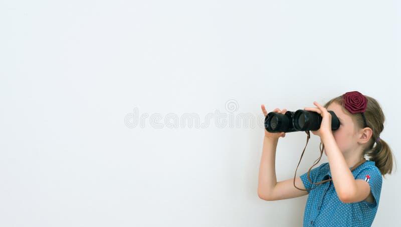 Mała dziewczynka patrzeje przez lornetek zdjęcia stock