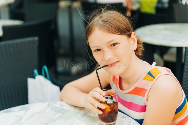 Mała dziewczynka pije lodowej herbaty zdjęcia stock