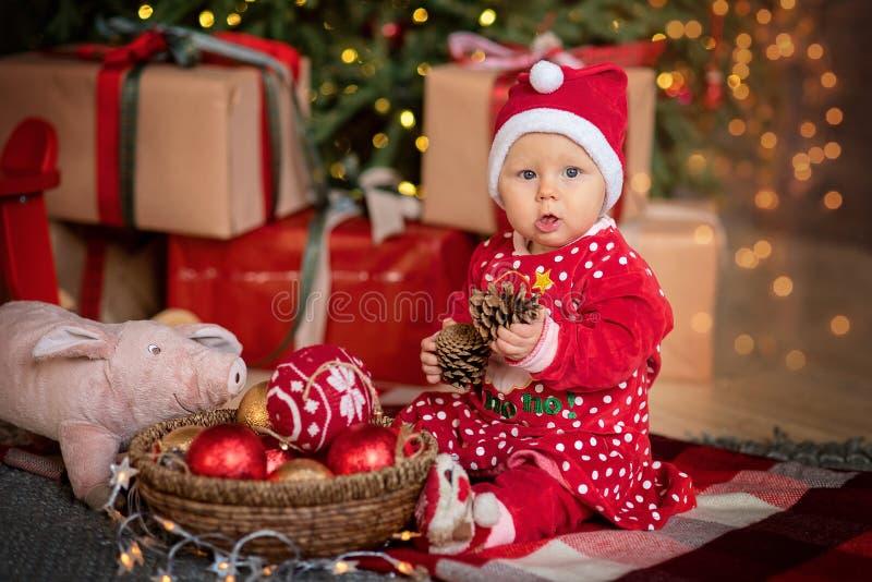 Mała dziewczynka pod choinką zdjęcie royalty free
