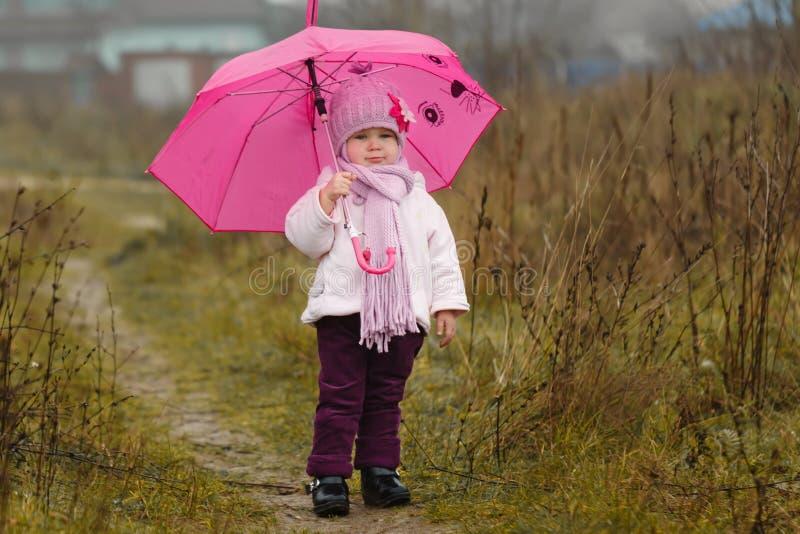 Download Mała Dziewczynka Pod Różowym Parasolem W Spadku Zdjęcie Stock - Obraz złożonej z śmiech, piękny: 42525854