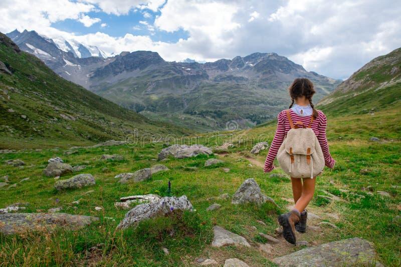 Mała dziewczynka podczas obozu letniego dla dzieciaków w górach obrazy royalty free