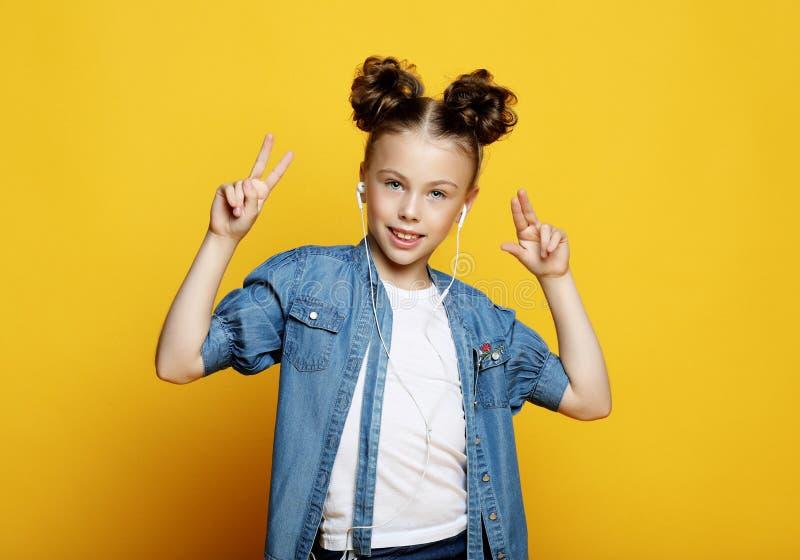 Mała dziewczynka pokazuje dwa ręki z zwycięstwo gestem zdjęcie royalty free
