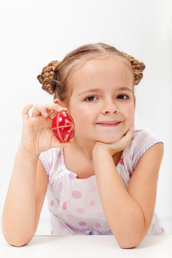 Mała dziewczynka pokazuje tradycyjnego dekorującego Easter jajko obrazy royalty free
