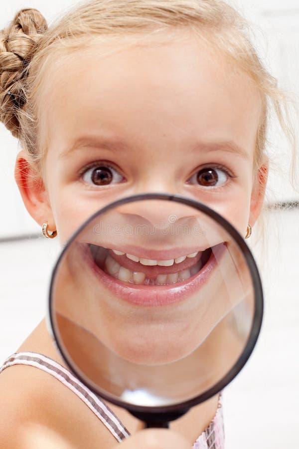 Mała dziewczynka pokazywać brakujących zęby obraz stock