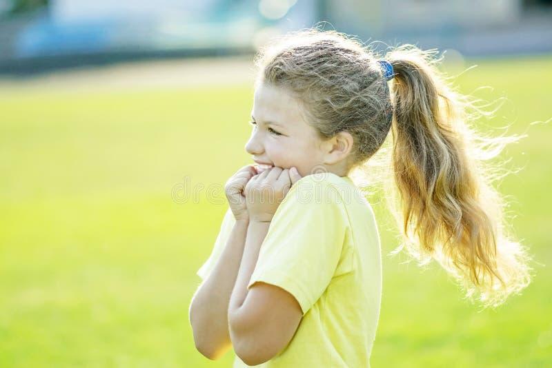 Mała dziewczynka przelewa się z radosnymi emocjami robi sport aktywność przy latem zdjęcia stock