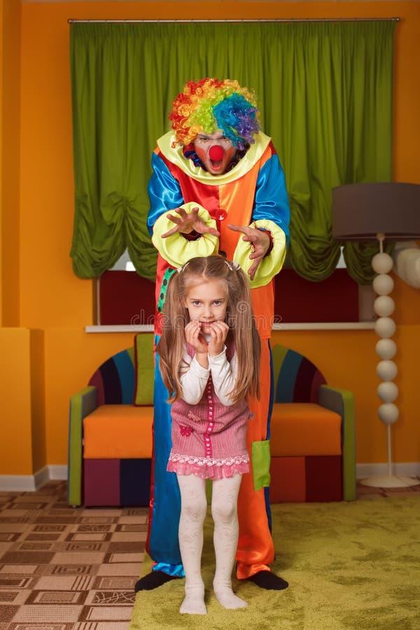 Mała dziewczynka przestraszył błazen obraz royalty free